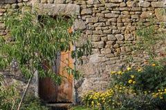 Tür in einer alten Wand Lizenzfreies Stockfoto
