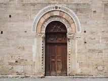 Tür einer historischen Kirche. (Bevagna, Umbrien, Italien) Stockfotografie