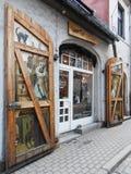 TÜR IN EINER KOPFSTEIN-STRASSE, RIGA, LETTLAND Stockbilder