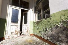 Tür einer verlassenen Schule Stockfotos