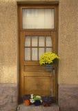 Tür eines alten Hauses und der Blumen Stockfotos