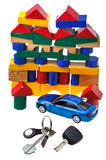 Tür, Fahrzeugschlüssel, blaues Automodell und Blockhaus Stockfoto