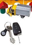 Tür, Fahrzeugschlüssel, LKW-Modell und Blockhaus Lizenzfreie Stockbilder