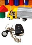 Tür, Fahrzeugschlüssel, LKW-Modell und Blockhaus Stockbild