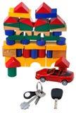 Tür, Fahrzeugschlüssel, rotes Automodell und Blockhaus Lizenzfreie Stockfotografie