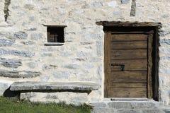 Tür, Fenster und Bank Stockfotos