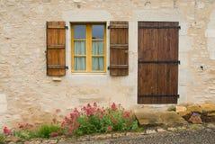 Tür, Fenster und Blume Stockbilder