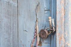 Tür geschlossen durch Retro- Vorhängeschloß und das Blatt repariert, Fragment der Holzoberfläche, Holztüren, gebrochene Farbe, Sp lizenzfreies stockbild