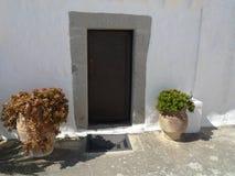 Tür Griechenlands Mykonos geschmückt mit Blumen Lizenzfreie Stockfotos