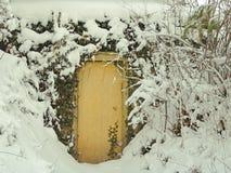 Tür im Schnee Stockfotografie