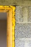 Tür installiert in den Block Stockbilder
