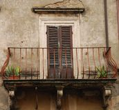 Tür mit Balkon in Toskana Lizenzfreie Stockfotografie