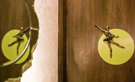 Tür mit Ballettpuppe lizenzfreies stockbild
