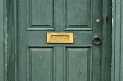 Tür mit Briefkasten stockfoto
