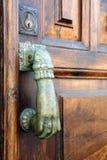 Tür mit dem Klopfen der Hand stockfotos