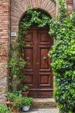 Tür mit Efeu stockbilder