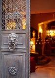 Tür mit einem Löwe Stockbild