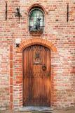 Tür mit einer Skulptur des Hundes Lizenzfreie Stockfotografie
