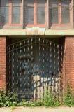 Tür mit Eisenvergitterung stockfoto
