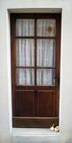 Tür mit Knoblauch auf der Türstufe Stockfotografie