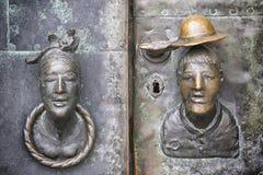 Tür mit Kopf der Frau und des Mannes Stockbild