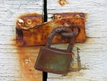 Tür mit rostiger Verriegelung Lizenzfreie Stockfotos