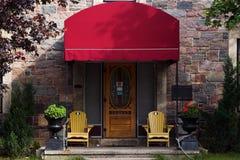 Tür mit roter Markise Stockbild
