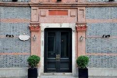 Tür mit schnitzen Dekoration in der Symmetrie Lizenzfreie Stockfotos