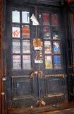 Tür nahe Bodennullpunkt Stockfotos