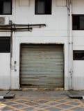Tür noch innerhalb der Fabrik Stockbilder