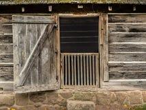 Tür offen auf historischem Räucherhaus Stockfotos