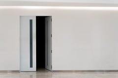 Tür offen in Dunkelkammer, mit Kopienraum Stockfotos