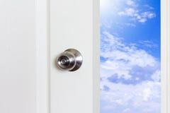 Tür offen und Himmel Stockbild