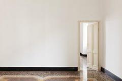 Tür offen von einem Raum Lizenzfreie Stockfotografie