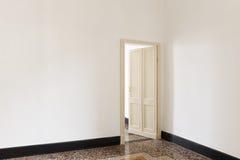 Tür offen von einem Raum Stockbild