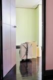 Tür offen zum leeren Raum mit Pappschachteln und Koffer Stockfotos