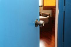 Tür offen zum Schlafzimmer Lizenzfreies Stockfoto