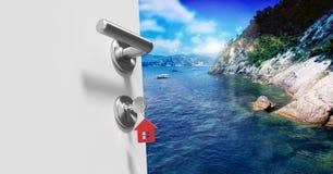 Tür offen zur sonnigen Küste mit Hausschlüssel Lizenzfreies Stockbild