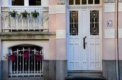 Tür sechs mit Fenster und Anlagen Stockfotografie