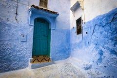 Tür und Fenster in der Stadt von Chefchaouen, in Marokko Stockfoto