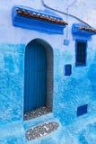 Tür und Fenster in der Stadt von Chefchaouen, in Marokko Lizenzfreies Stockbild