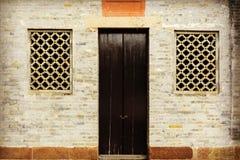 Tür und Fenster des Raumes in der Backsteinmauer mit Design und Muster der chinesischen Trachtenmode Lizenzfreie Stockfotos