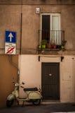 Tür und Fenster eines Gebäudes und Motorrad in Cagliari, Sardinien Stockbilder