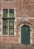 Tür und Fenster im alten Viertel-Begijnhof in Löwen Lizenzfreie Stockfotografie