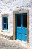 Tür und Fenster im Blau Stockfotos