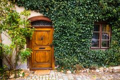 Tür und Fenster im Landschaftshaus Stockfotos