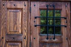 Tür und Fenster mit schwerem Gitter stockfotografie