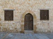 Tür und Fenster von einem der Räume, die das Hauptyard O umgeben Lizenzfreies Stockfoto