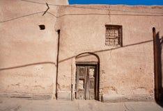 Tür und geschlossenes Fenster eines alten Lehmhauses Lizenzfreies Stockbild