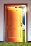 Tür und Himmel mit Sonne stockfotos